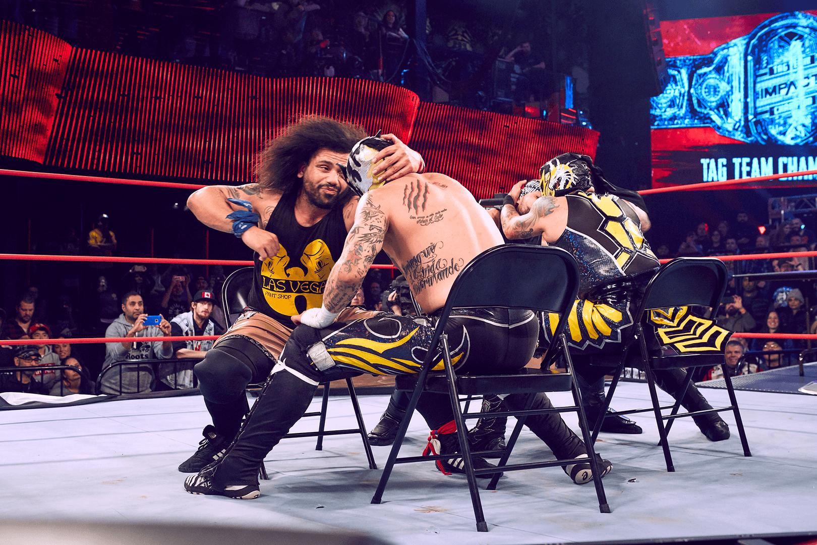Lucha Bros. vs Santana y Ortiz en IW.